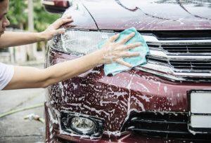 cómo limpiar el coche por fuera a mano