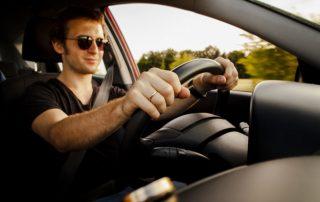 hombre conduciendo marbesol